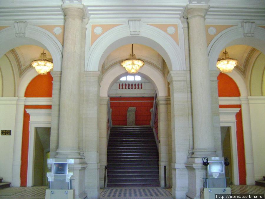 Археологический музей располагается в похожем на дворец здании бывшей девичьей гимназии
