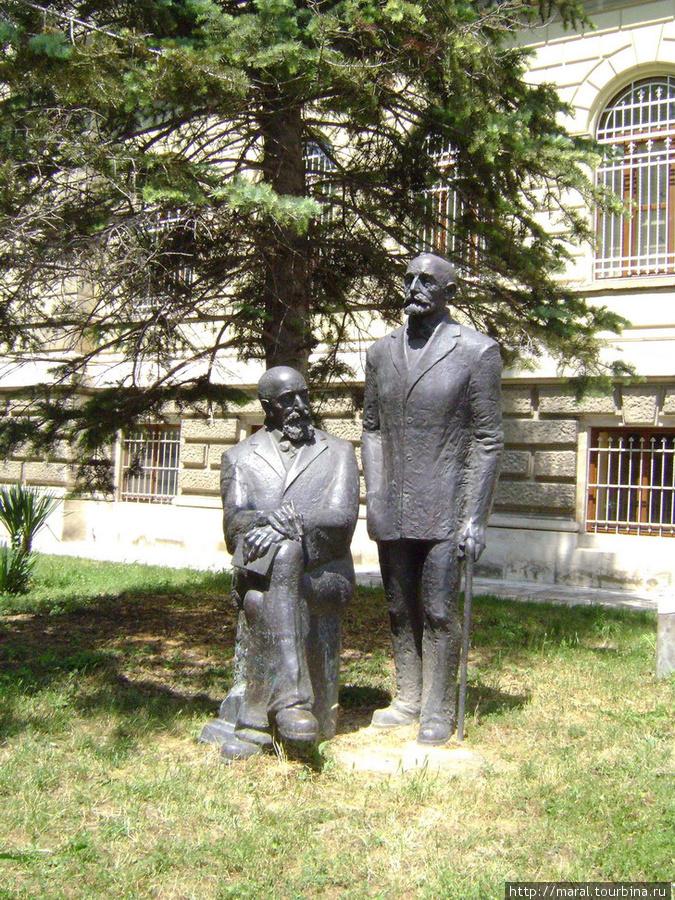 Карел и Херман (Герман) Шкорпилы считаются основоположниками болгарской археологии. Памятник возле Археологического музея
