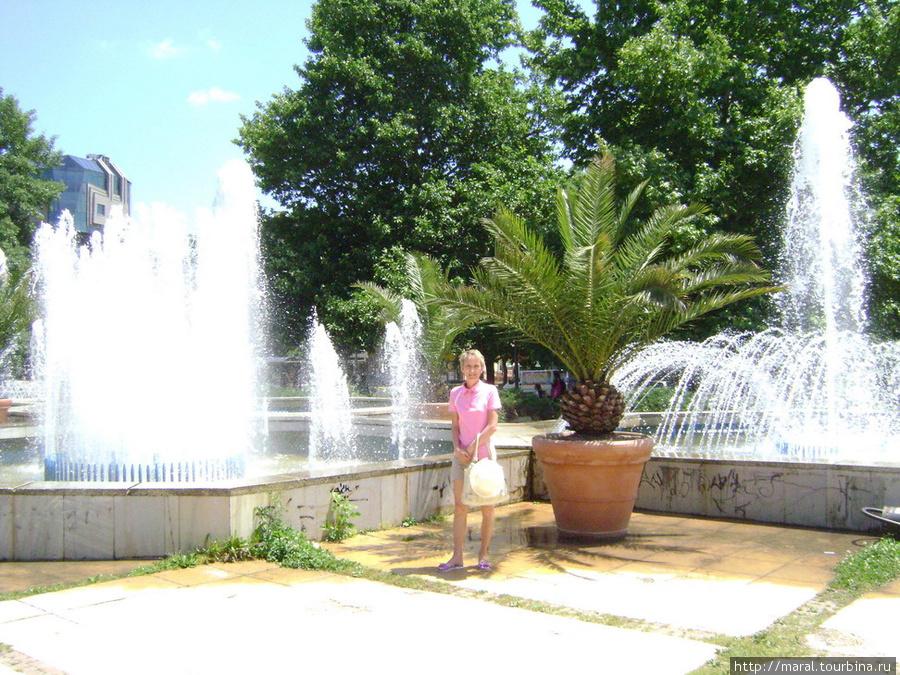 Приятна в жару прохлада фонтана. Фонтан возле Археологического музея
