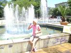 Приятно утолить жажду в прохладе фонтана