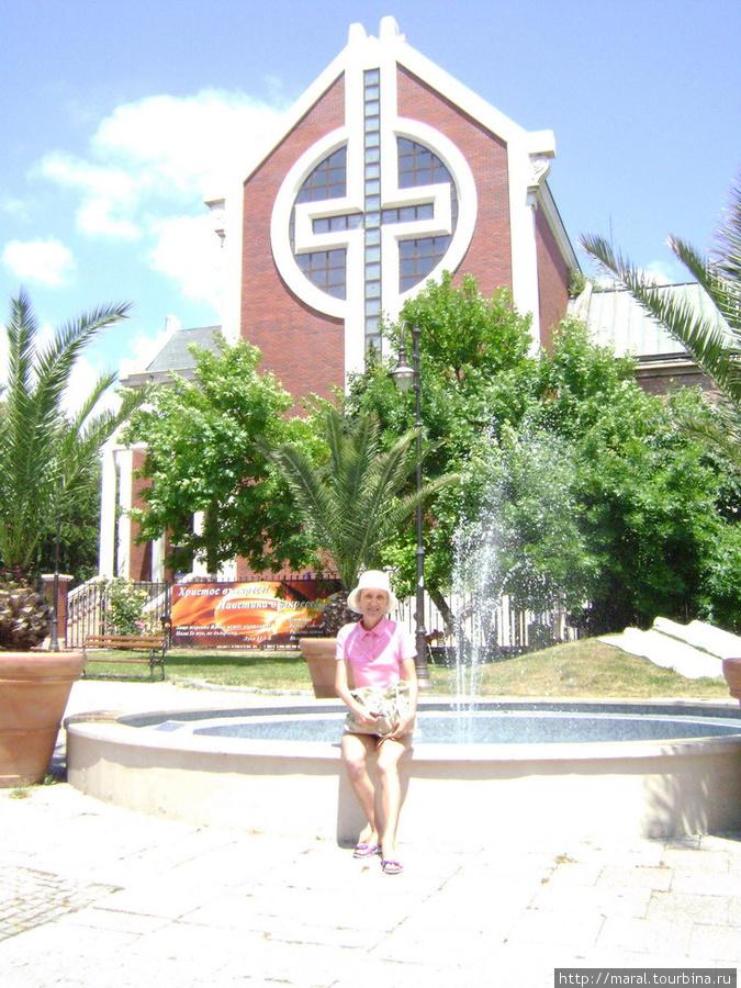 Приятно в солнечный день просто посидеть у фонтана. Фонтан возле Евангельской методистской церкви