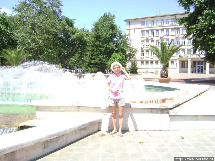 Приятно освободиться от зависимости зноя у фонтана на площади Независимости
