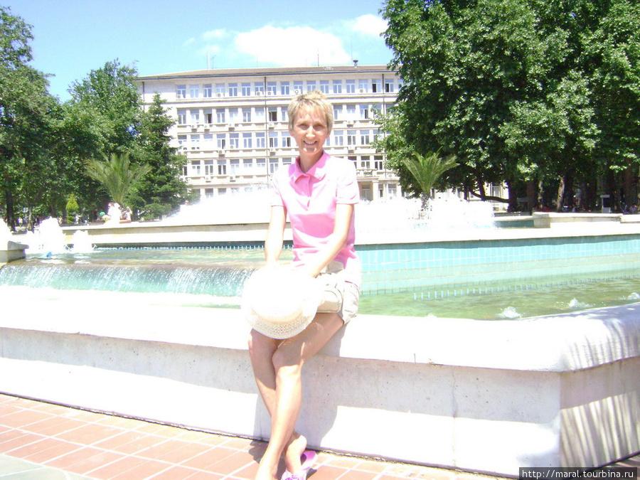 Приятная женщина у фонтана, который является одним из символов Варны