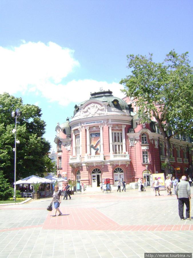 Символы Варны. Драматический театр «Стоян Бъчваров». Открыт 5 мая 1932 года