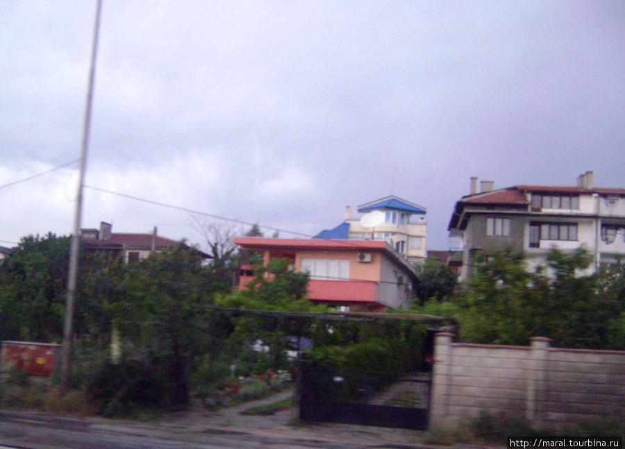 Вилла Филиппа Киркорова в окрестностях Варны отличается от всех прочих синей крышей