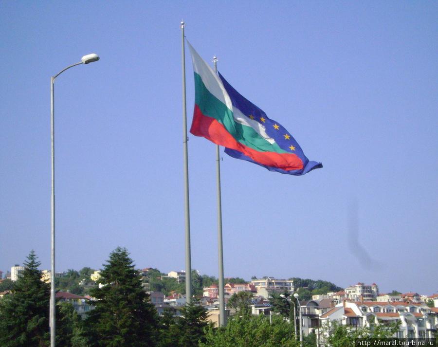 Своё настоящее и будущее Болгария связывает с Евросоюзом. Об этом свидетельствуют национальный флаг и флаг ЕС — самые большие флаги в Европе