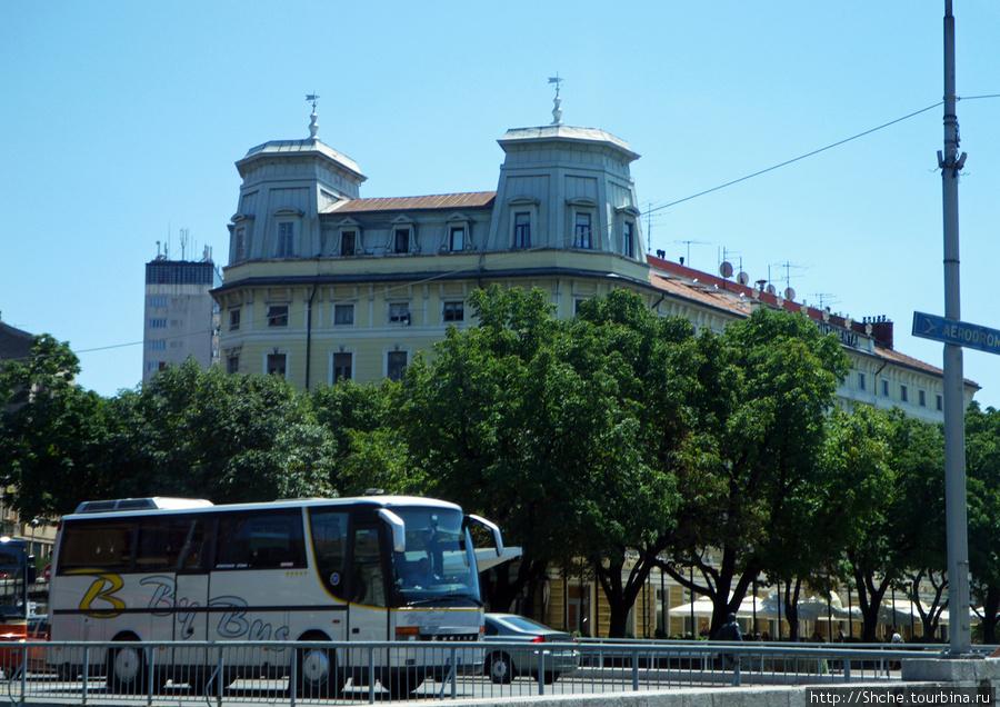 мой единственный кадр из автобуса в Риеке, здесь поселили журналистов