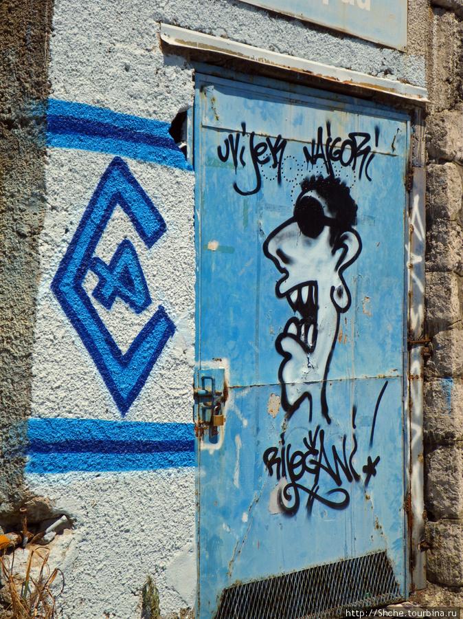 вокруг стадиона множество граффити