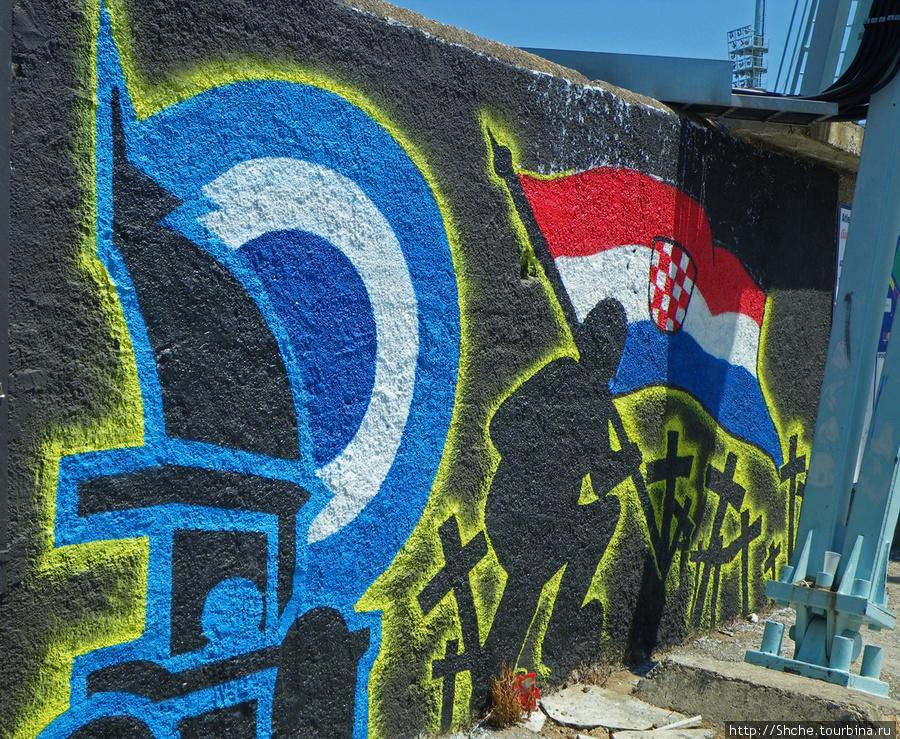 а это ассоциируется с военным патриотизмом, но бело-голубой — цвета местного клуба